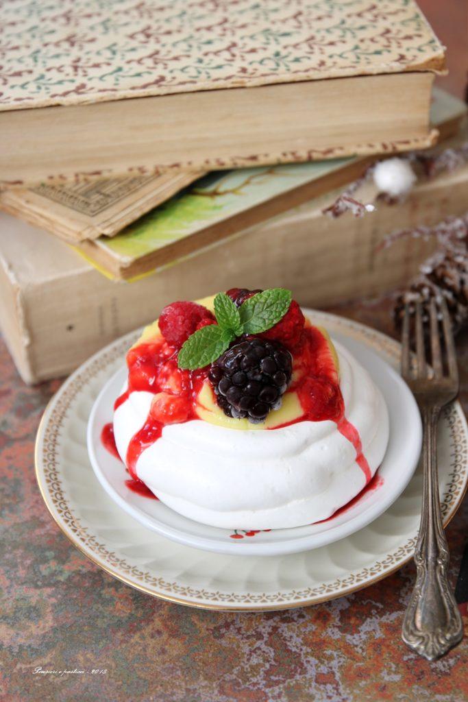 pavlova alla crema e frutti rossi