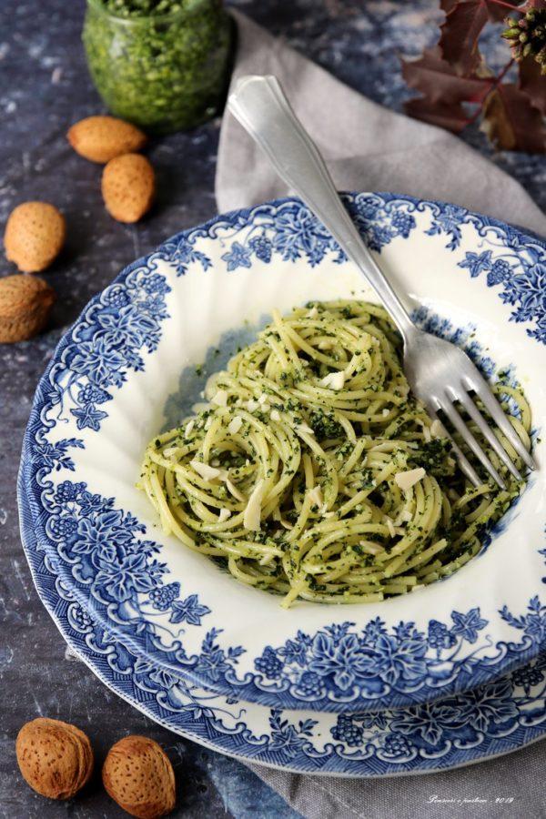 spaghetti al pesto di cavolo nero e mandorle