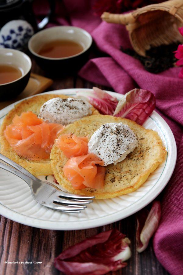 Blinis con mousse di formaggio, tè e salmone