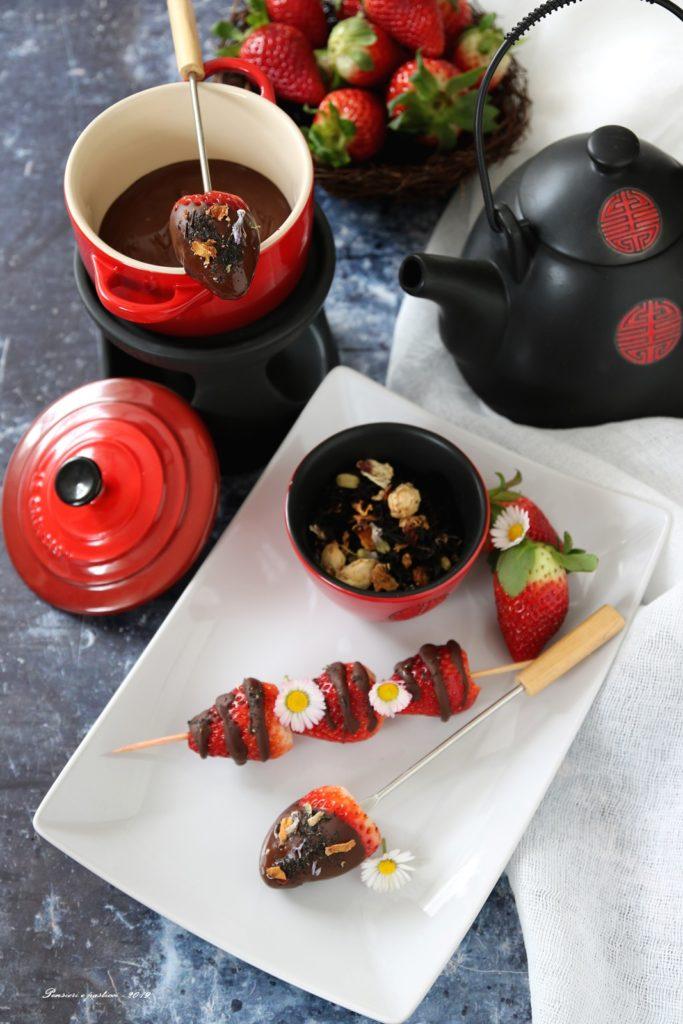 fragole glassate al cioccolato e tè