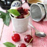 Composta di ciliegie al tè con gelato alla vaniglia