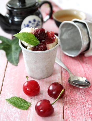 composta di ciliegie al tè con gelato