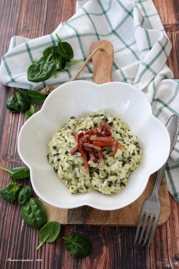 risotto agli spinaci, stracchino e speck croccante