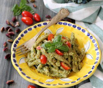 caserecce al pistacchio con pesto di zucchine, pistacchi e pomodorini