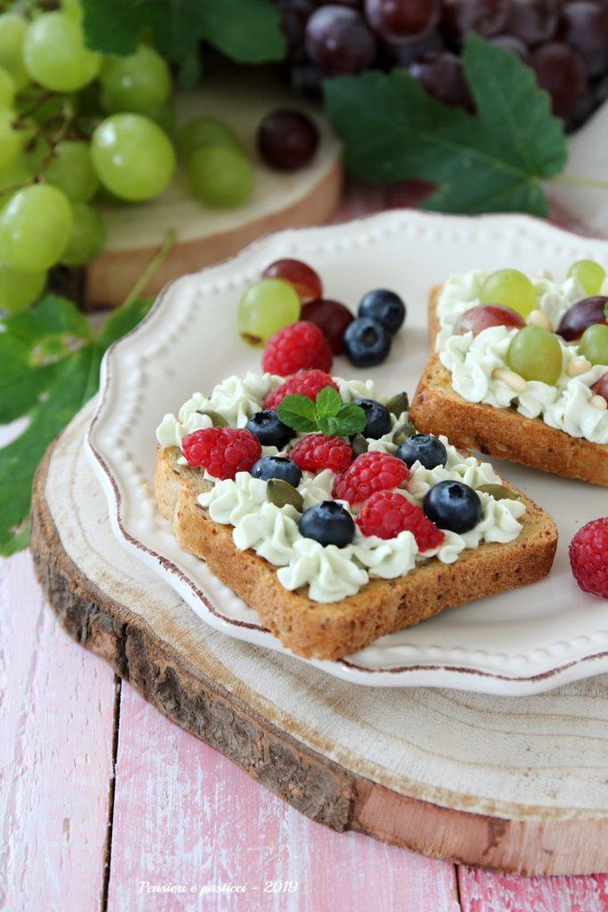 healty breakfast toast al tè matcha e frutta