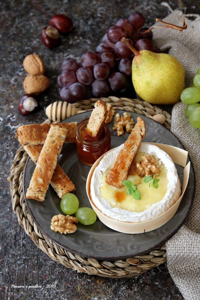 camembert al forno con toast integrale al miele