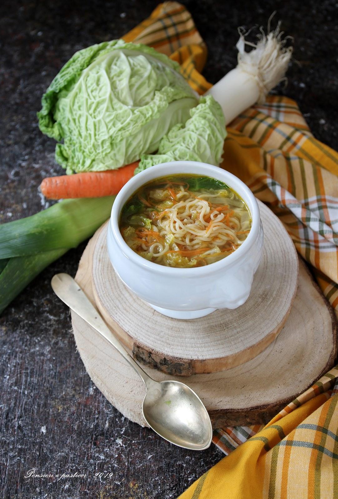 zuppa di noodles e verdure al tè Genmaicha con matcha