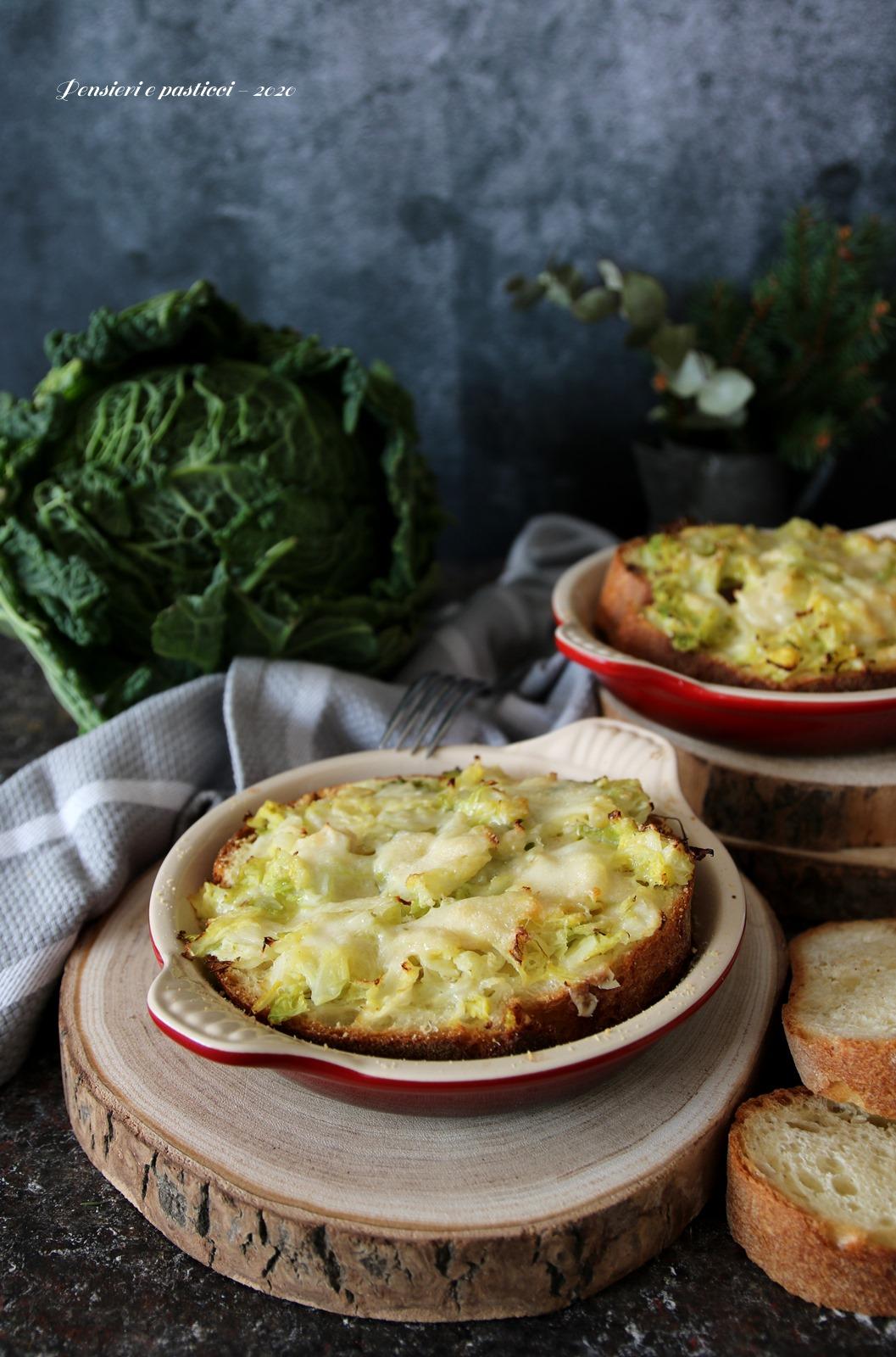 zuppa di cavolo verza con pane e formaggio