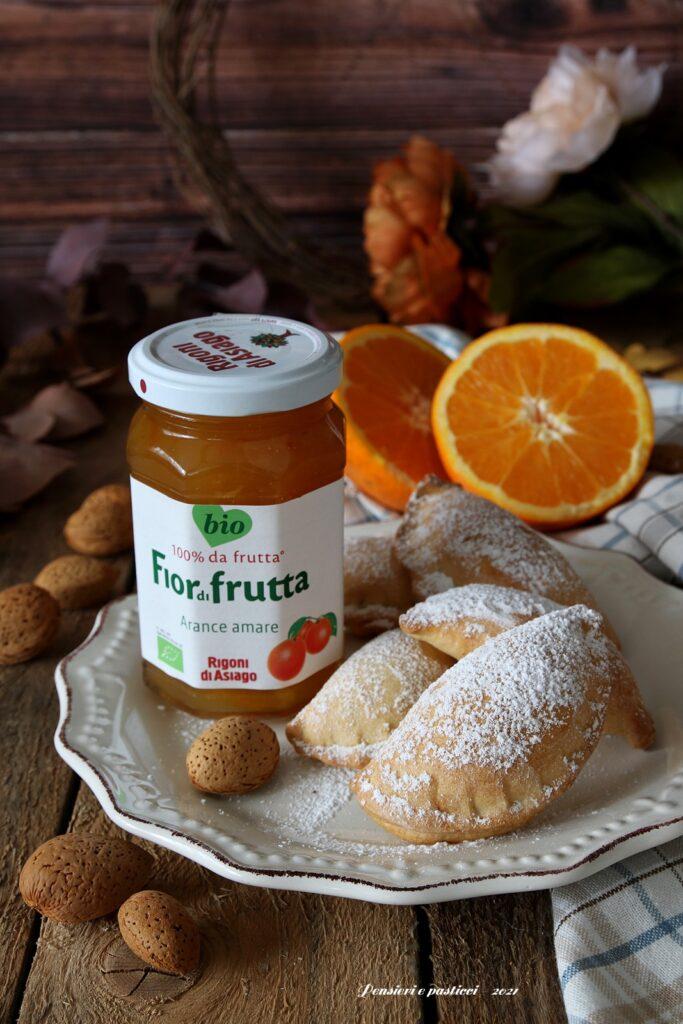 Mezzelune dolci farcite alle arance amare e mandorle