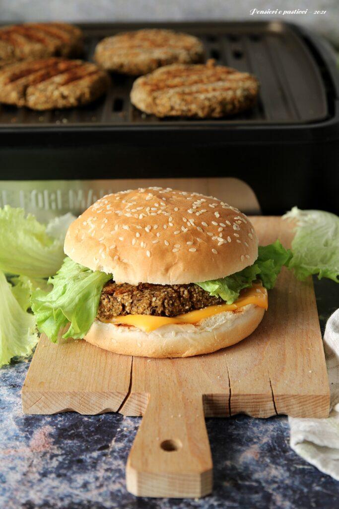 burger di lenticchie e verdure cotti sulla griglia