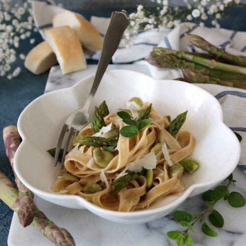 Tagliatelle integrali alle fave e asparagi con crema di pecorino