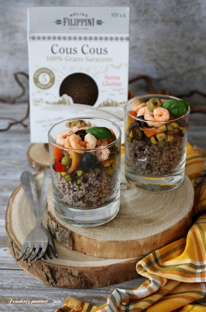 cous cous di grano saraceno con verdure e gamberi in bicchiere