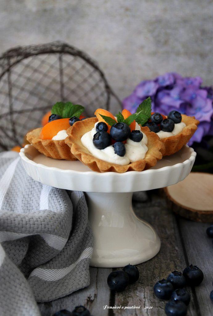 tartellette di frolla all'olio con crema di robiola e frutta fresca